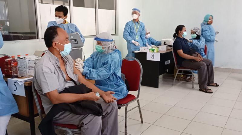 Mahasiswa, Karyawan, Dosen dan Alumni FKIK Bersinergi Sukseskan Vaksinasi Massal 5000 Dosis